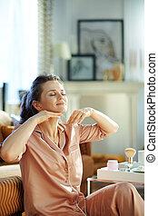 facial, aplicando, nata massagem, relaxado, fazer, dona de...