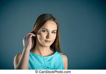 facial, retrato, de, beleza natural, de, menina adolescente, olhando câmera, pequeno, smile.