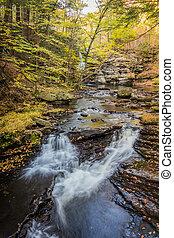 facilement, sur, entouré, couler, rochers, pic, feuillage, chutes d'eau, automne