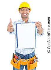 factótum, en, sombrero duro amarillo, con, portapapeles, el gesticular, pulgares arriba