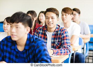 faculdade, sentando, sorrindo, estudante, colegas, macho