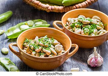 fagioli larghi, servito, con, prezzemolo, e, aglio