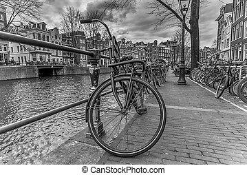 fahrrad, an, der, kanal, in, amsterdam