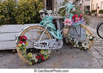 Stein Altes Wand Gegen Korb Fahrrad Dekoriert Blumen