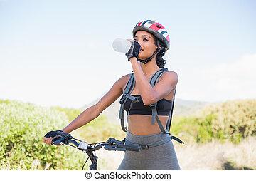 fahrrad, frau, anfall, reiten, wasser, gehen, trinken