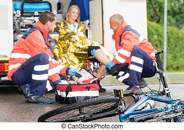 fahrrad, frau, hilfe, notfall, bekommen, sanitäter, unglück