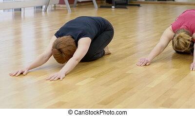 faire, deux, floor., asana, bébé, femmes, gymnase, attitude