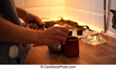 faire, femme, moderne, cezve, cuisine, maison, café