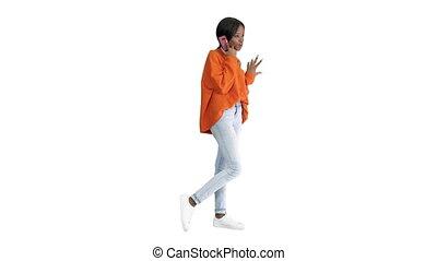 faire gestes, conversation, américain, joli, clair, femme, téléphone, emotionally, africaine, cavalier, blanc, arrière-plan.