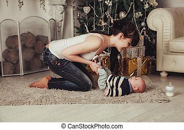 faire idiot, plancher, bébé, tient, arbre, jeune, noël, fireplace., femme, enfant, portrait, jambes, mère, heureux