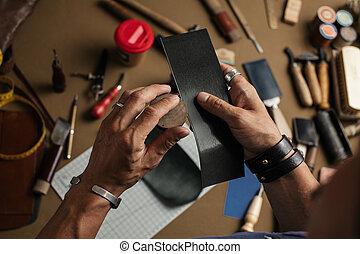 fait, fonctionnement, processus, main, portefeuille, workshop., cuir, produire