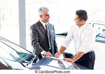 fait, juste, voiture, vente, personne agee, vendeur