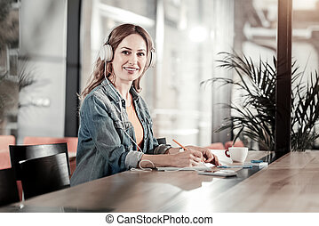 fajta, woman ül, pozitív, időz, zene hallgat, mosolygós
