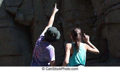 falaise, deux, regarder, parcours, secteur, homme, grimpeurs, sous, femme, escalade, granit, debout, itinéraires