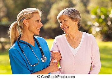 falando, enfermeira, mulher, sênior, ao ar livre