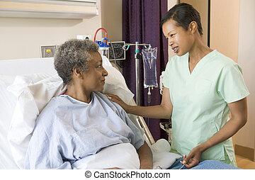 falando, enfermeira, mulher, sênior