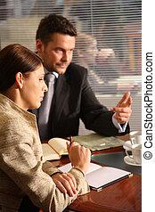 falando, negócio mulher, escritório, homem