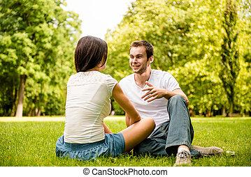 falando, par, ao ar livre, jovem