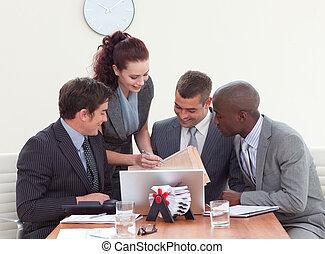 falando, reunião, homens negócios, secretária