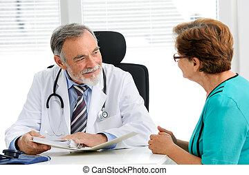 falando, seu, paciente, médico feminino