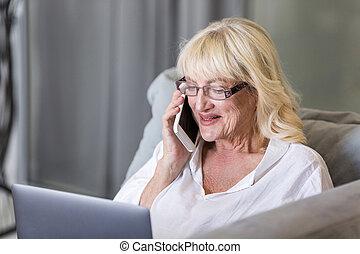 falar mulher, telefone móvel, sênior, feliz