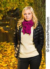 Fall fashion - Beautiful girl poses on a park, autumn color...