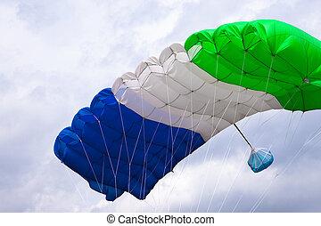 fallschirmspringer, fliegendes, in, hell blau, sky.