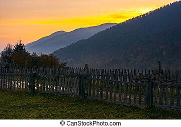 falu, outskirts, alatt, hegyek, -ban, hajnalodik