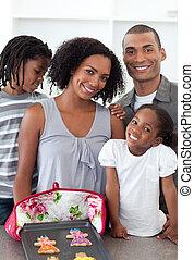 família amorosa, mostrando, feito à mão, biscoitos