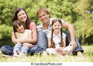 família, ao ar livre, sorrindo