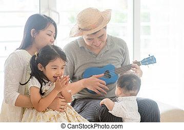 família, asiático, ukulele, tocando