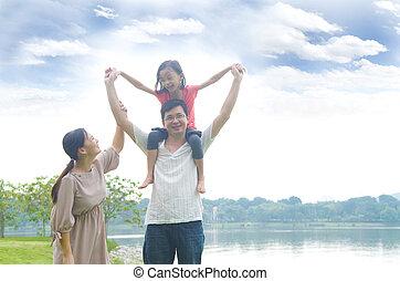 família asian, feliz