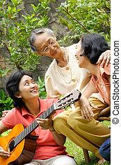 família asian, feliz, cantando, junto