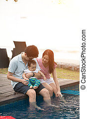 família asian, tendo divertimento, em, a, piscina