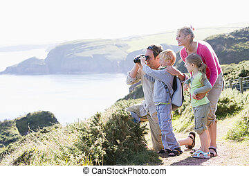 família, binóculos, cliffside, usando, caminho, sorrindo