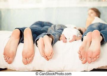 família, cama, casa, com, seu, pés, mostrando