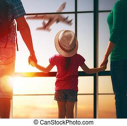 família, com, crianças, em, a, aeroporto