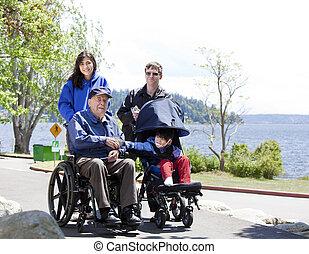 família, com, incapacitado, sênior, e, criança, andar, ao ar livre