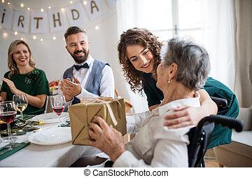 família, concept., idoso, presente, vó, celebrando, aniversário, recieving, partido