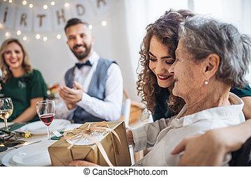 família, concept., idoso, presente, vó, celebrando, partido aniversário, recebendo