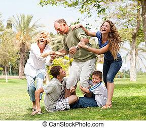 família, costas, avô, segurando, divertimento, tendo