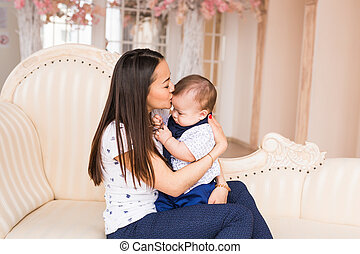 família, criança, e, paternidade, conceito, -, feliz, mãe, beijando, bebê sorridente