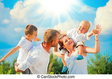 família, crianças, jovem, junto, dois, divertimento, tendo, feliz