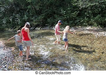 família, cruzando um rio
