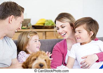 família, cuddles, sofá