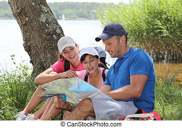 família, descansar, em, a, capim, ligado, um, hiking, dia