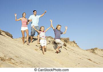família, desfrutando, feriado praia, executando, duna