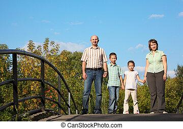 família duas crianças, é, ficar, ligado, ponte, e, olhar, câmera.