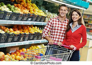 família, em, comida fazendo compras, em, supermercado