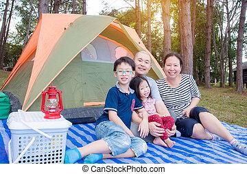 família, em, parque de campismo